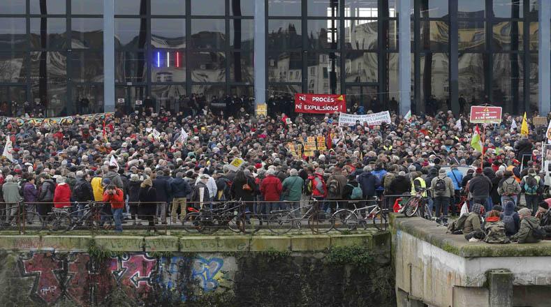 Campesinos de toda Francia protestan contra la construcción del aeropuerto de Notredame.