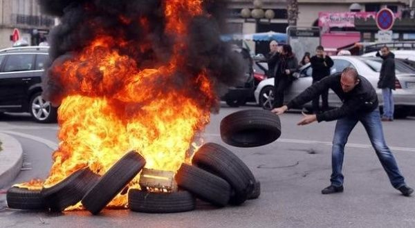 tear gas and burnt tires in paris as taxis protest uber news telesur english. Black Bedroom Furniture Sets. Home Design Ideas