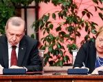 Erdogan and Bachelet sign an agreement in Chile.
