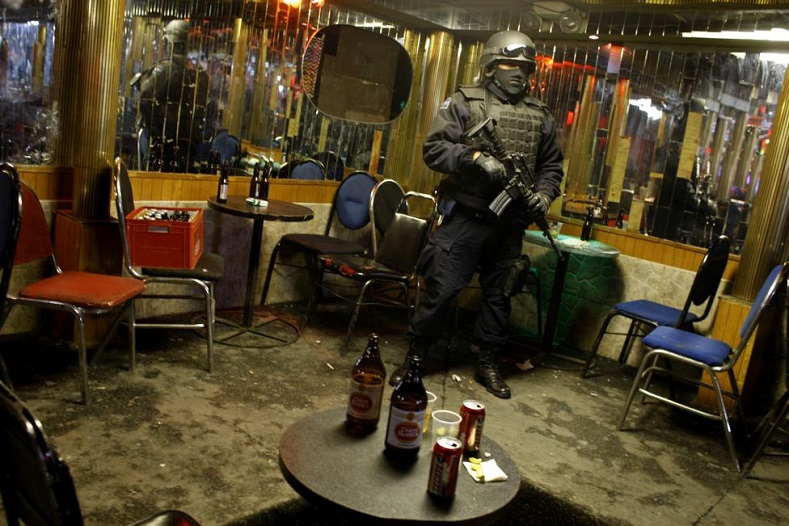 A federal policeman stands guard during an operation at a nightclub in downtown Ciudad Juarez March 7, 2009.