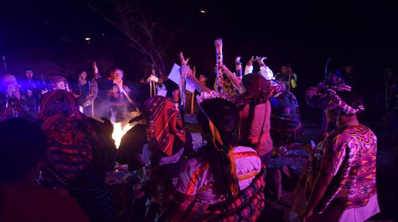 Noche de ceremonia ancestral en Tujal, Guatemala para