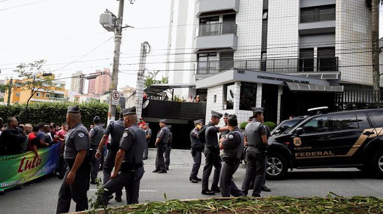 Manifestantes en apoyo a Lula Da Silva se apostaron en las afueras de la residencia del expresidente.