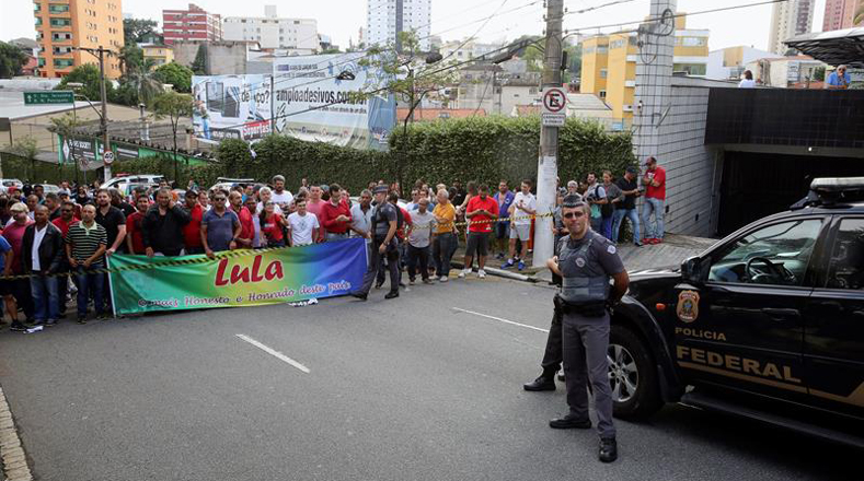 Con pancartas alusivas al expresidente a las afueras de su residencia en Sao Paulo (sur de Brasil).