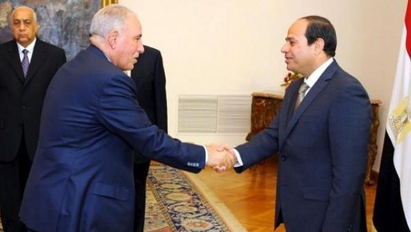 Egyptian President Abdel Fattah al-Sisi (R) shakes hands with former Justice Minister Ahmed el-Zend after the oath taking ceremony, May 20, 2015.