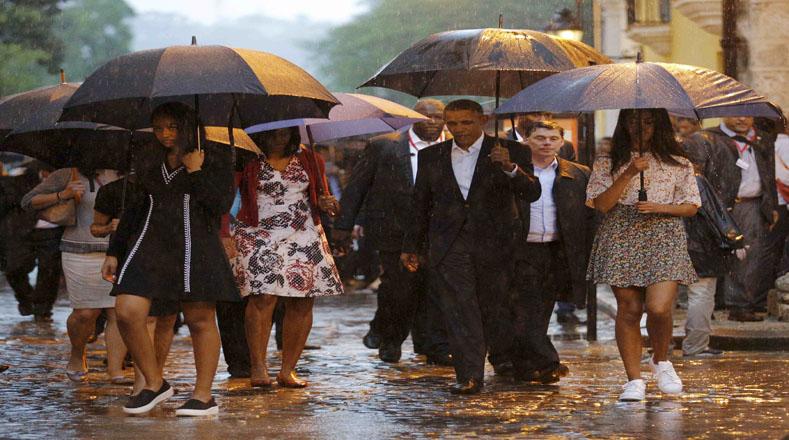 Bajo la lluvia el mandatario recorrió las calles de La Habana Vieja, acompañado de su familia.