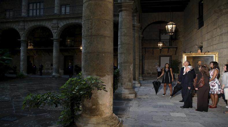 Obama recorrió también el Palacio de los Capitanes Generales, museo de la Ciudad, que es considerado la obra de mayor importancia arquitectónica de todo el desarrollo Barroco en Cuba.