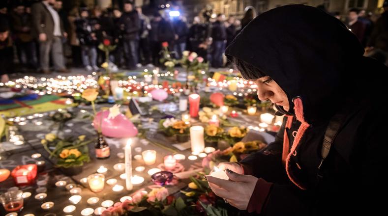 Ciudadanos de París y Bélgica se reunieron en las principales plazas y monumentos de sus países para homenajear a las víctimas del atentado ocurrido este martes en Bruselas.