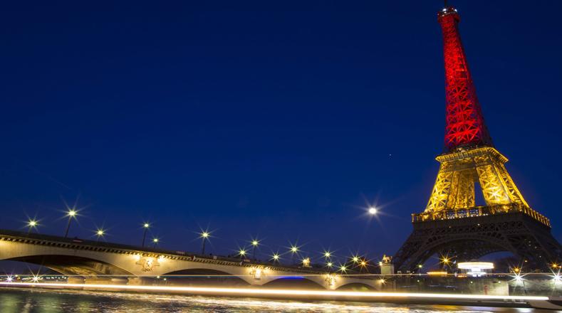 La Torre Eiffel fue iluminada con los colores de la bandera de Bélgica en honor a las víctimas del atentado terrorista, donde unas 34 personas perdieron la vida y al menos 200 resultaron heridas.