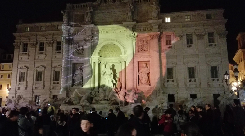 La Fuente de Trevi en Roma (capital de Italia) se unió a las jornadas conmemorativas en honor a las víctimas del atentado.