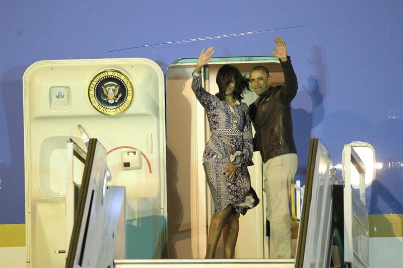 Obama y su esposa abordando el Air Force One a Washington