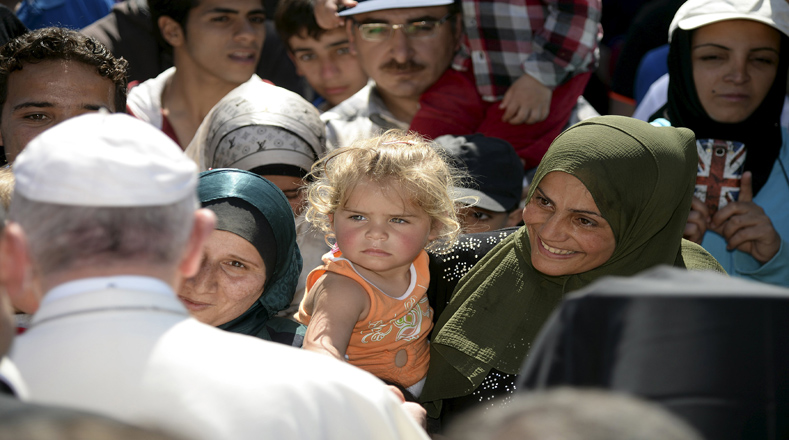 Francisco pidió que no haya discriminación entre quienes huyen de la miseria y los que abandonan su país escapando de la guerra.