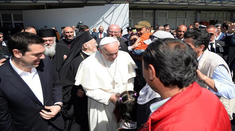 El papa se trasladó hasta el centro donde se encuentran los refugiados, para saludar personalmente a un centenar de personas  que han huido de guerras y conflictos en sus países.