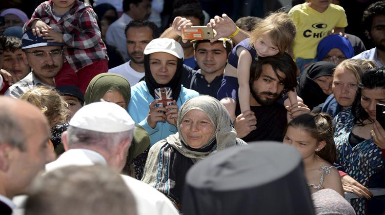 De entre el centenar de refugiados, el vicario de Cristo decidió acoger a tres familias siras que se encontraban en el lugar. Las 12 personas subieron al avión papal de vuelta al Vaticano.