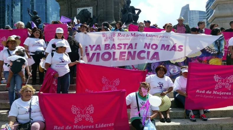 El Paseo de la Reforma, emblemática arteria de la Ciudad de México, se vio inundada por una colorida marcha de mujeres.