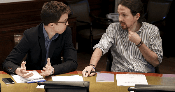 Podemos (We Can) leader Pablo Iglesias talks to fellow party member Inigo Errejon during a meeting of negotiation teams of Cuidadanos, Podemos and PSOE at the Parliament in Madrid, Spain, April 7, 2016.