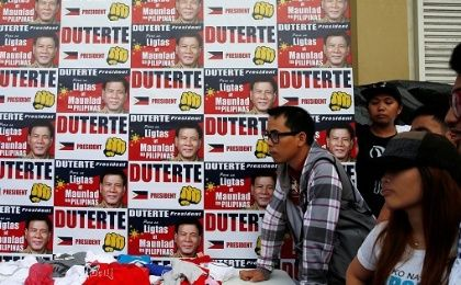 Supporters of presidential candidate Rodrigo Duterte line up for campaign T-shirts in Davao city, May 8, 2016.