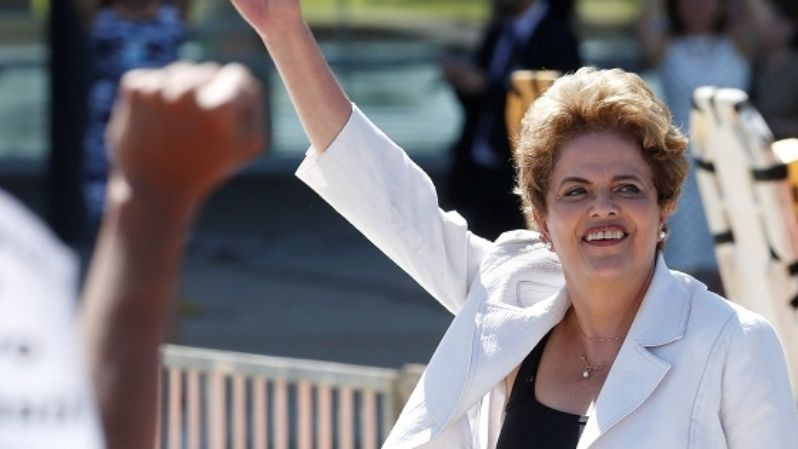 Suspended Brazilian President Dilma Rousseff waves to supporters after the Senate voted to suspend, Brasilia, May 12, 2016.