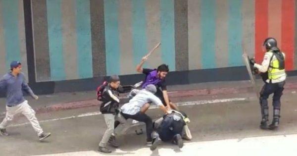 Un grupo de la derecha venezolana golpeando a funcionario policial.
