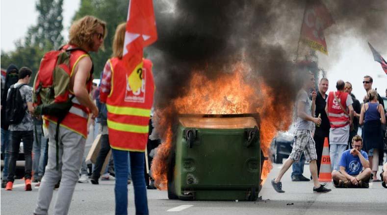 Protestantes armaron barricadas para defenderse de la arremetida de la policía gala.