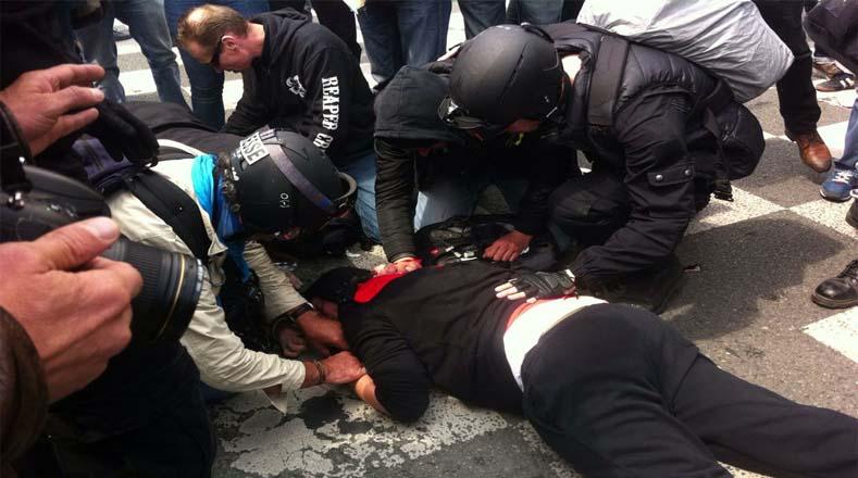 Un opositor de la reforma laboral fue herido por una granada policial.