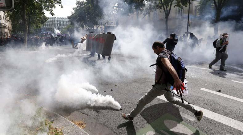 Jóvenes resistieron la arremetida policial pese a que estuvieron sometidos a grandes cortinas de gases lacrimógenos.