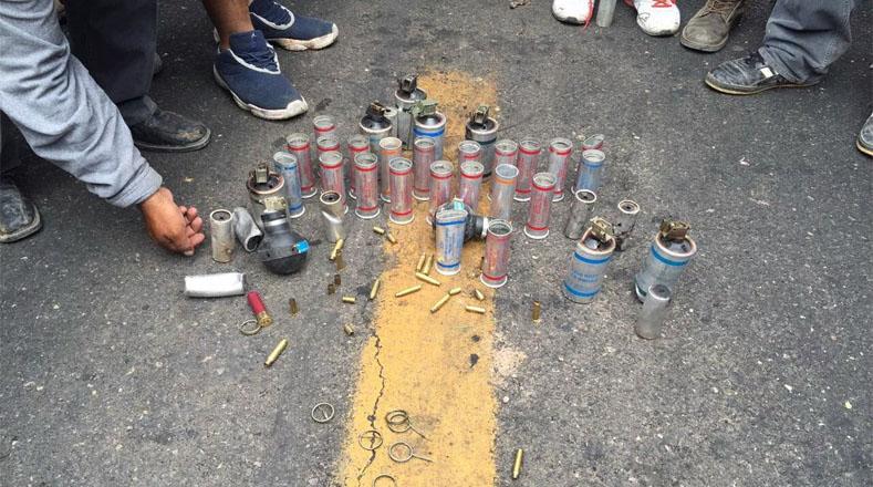 La policía dispersó la manifestación con gases lacrimógenos y balas, mientras que el magisterio se defendió con piedras y cohetones.