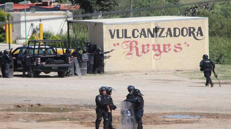 Varias imágenes que circulan en las redes sociales y que poseen algunas agencias de noticias revelan que funcionarios policiales utilizaron sus armas contra los manifestantes.