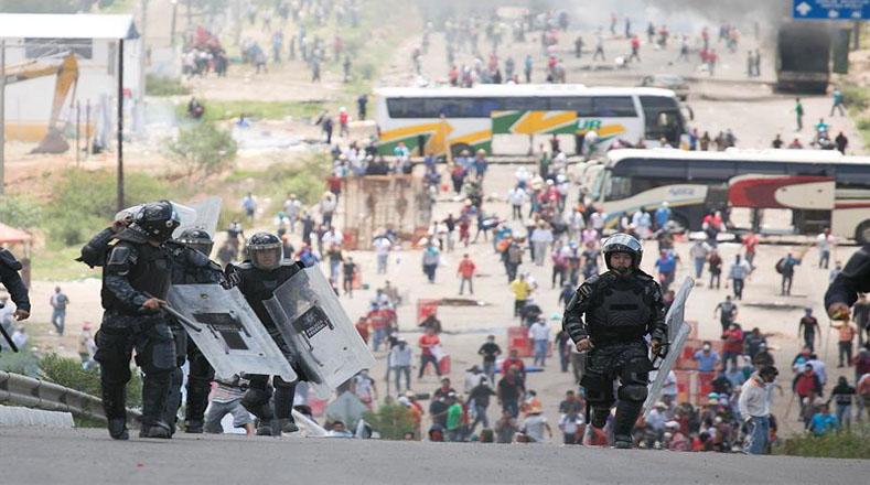 Medios de comunicación locales han informado que también resultaron heridos algunos oficiales de seguridad durante los enfrentamientos.