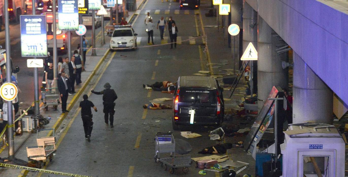 Decenas de taxis han ayudado a las autoridades a evacuar los heridos de la zona.