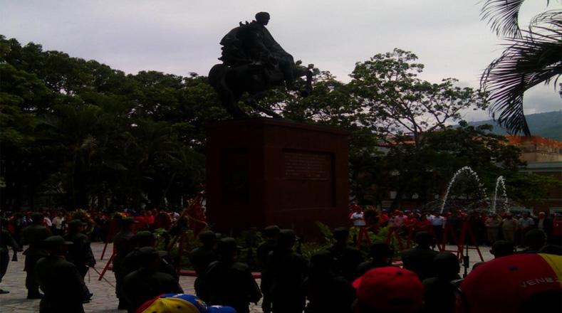 La gran mayoría de los actos se realizan en las plazas Bolívar de todo el país, en presencia de la Fuerza Armada Nacional Bolivariana.