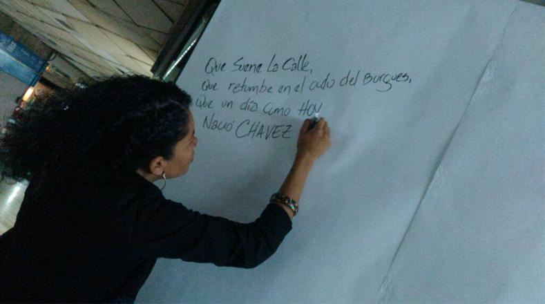 Trabajadores de Vicepresidencia de Planificación en Venezuela elaboran mural con mensajes para el Comandante.