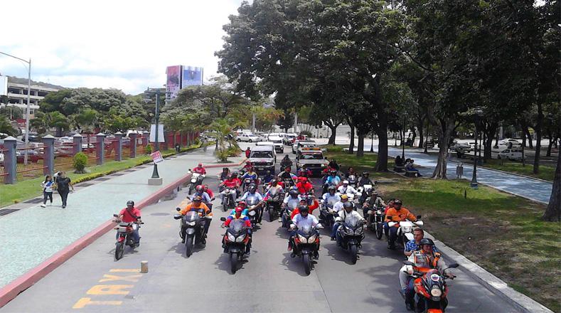 En el centro de la capital de Venezuela, Caracas, motorizados se desplazaron y activaron sus bocinas en celebración por el cumpleaños del Gigante Revolucionario.