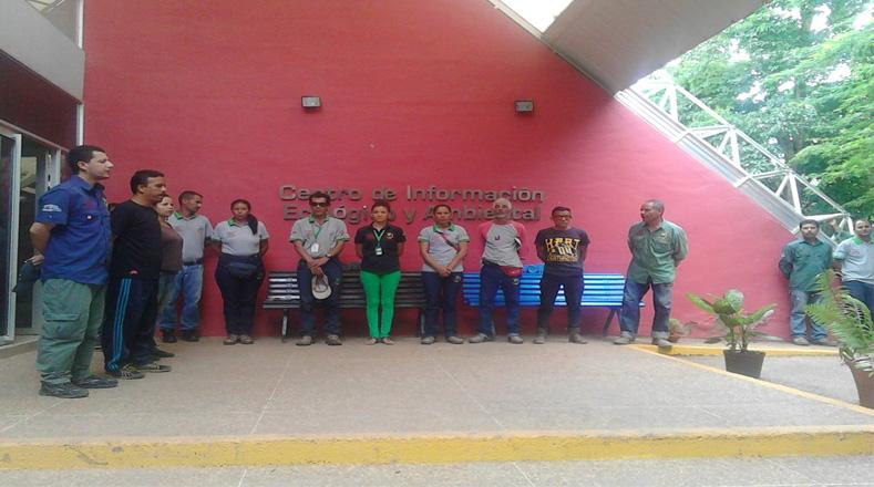 Trabajadores de un Parque Temático en Barquisimeto rinden un minuto de silencio en honor a Hugo Chávez.