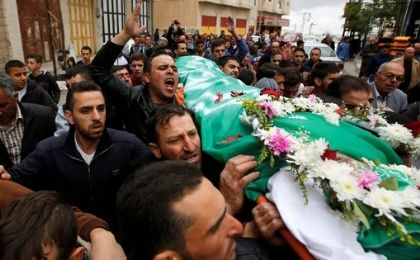 Mourners carry the body of Abdel Fattah Sharif, killed after being wounded last March by an Israeli soldier, during his funeral in Hebron, May 28, 2016.