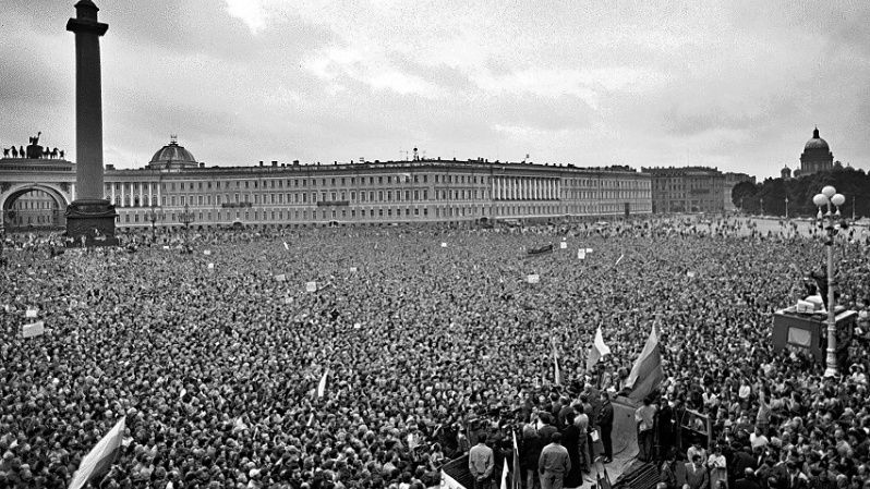 Hordes of people protest in favor of Soviet President Mikhail Gorbachev in the Dvortsovaya Plaza in St Petersburg after the 1991 Soviet coup d