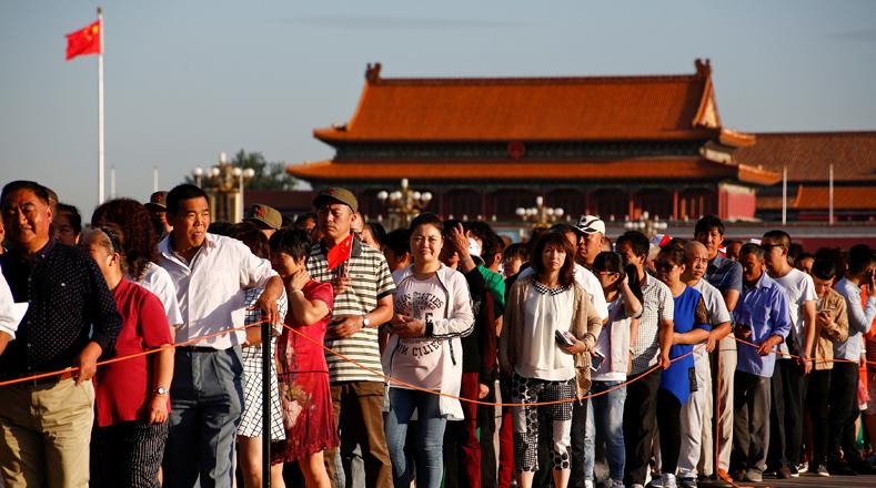 A los ciudadanos chinos no les importó hacer cola para poder ver el Mausoleo del Presidente Mao, ubicado en Beijing.