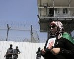 A Palestinian woman holds a picture of a Palestinian jailed in an Israeli prison during a protest outside Ayalon prison, near Tel Aviv, May 23, 2014.