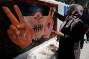 Palestinian women paint murals marking Palestinian Prisoner Day in the West Bank city of Ramallah, April 17, 2016.