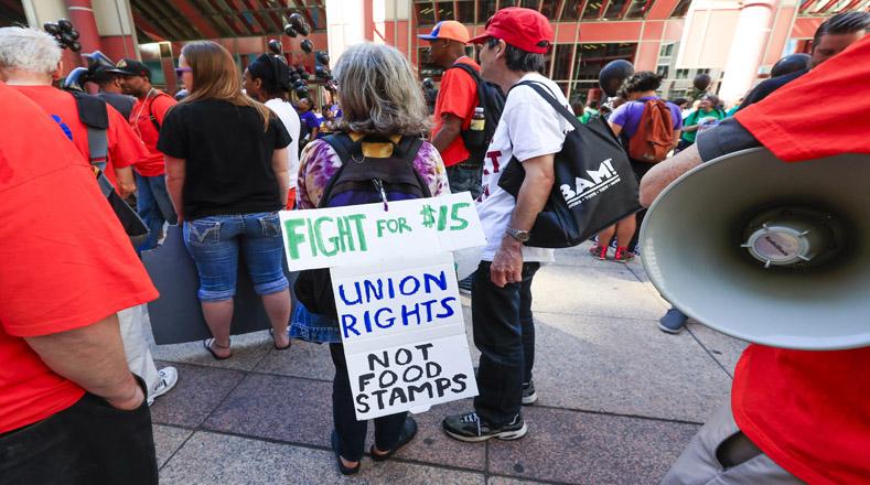En la actualidad el sueldo mínimo nacional es de 7,25 dólares por hora, mientras que el salario medio en los restaurantes es de unos 9 dólares la hora