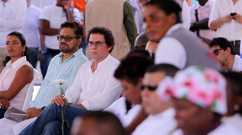 Iván Márquez y Pastor Alape se reunieron con víctimas de la masacre de La Chinita en el colegio San Pedro Claver de Apartadó (Colombia).
