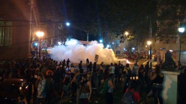 La policía de Santa Fe reprimió este domingo la movilización de mujeres en la puerta de la Catedral
