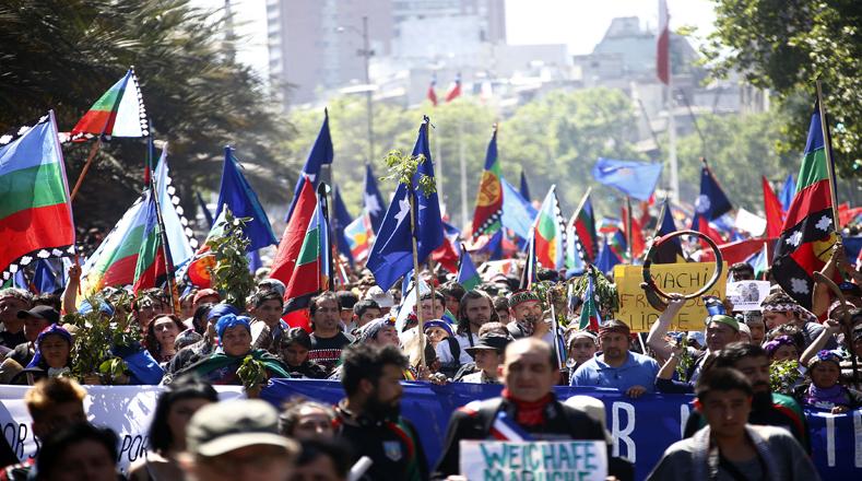 Şili: Başkent Santiago Sokaklarında Büyük Mapuçe Yürüyüşü