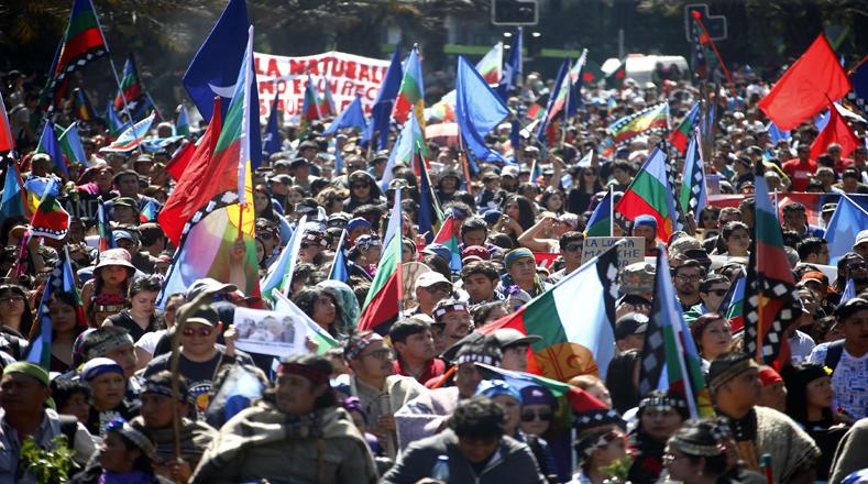 La colorida marcha fue amenizada con batucadas y comuneros que vestidos con sus trajes tradicionales, desfilaron con lienzos y banderas de la causa mapuche.