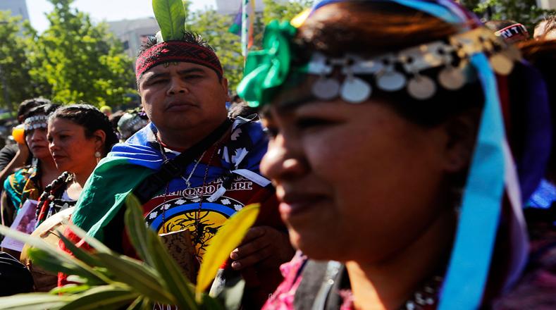 En la marcha destacaron los lienzos y banderas con mensajes alusivos a la causa mapuche.