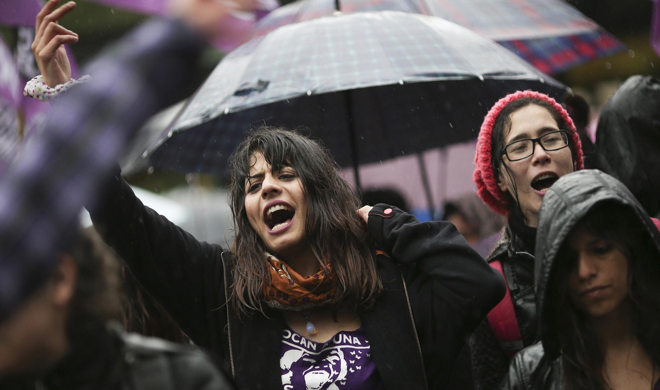Vestidos de negro las féminas solicitaron que no haya más feminicidio.