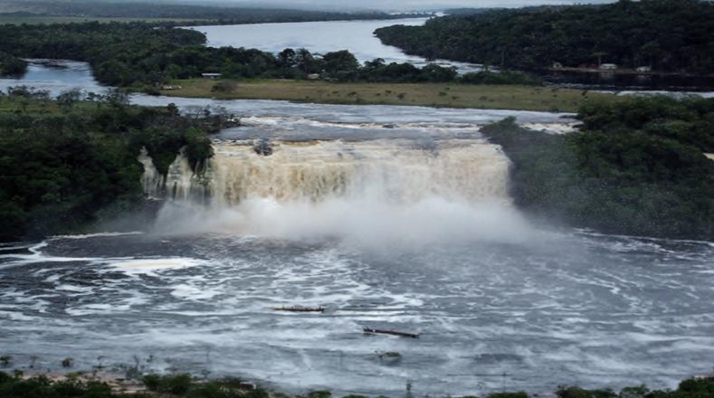 alrededor de mil ros y saltos de agua dulce alimentan los mil 320 km3 de reservas
