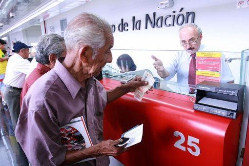 Peruanos jubilados comienzan a retirar sus fondos de pensiones ...