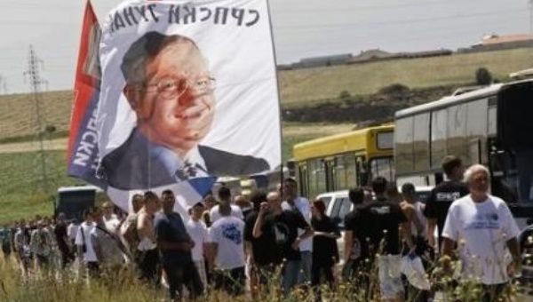 Serbs carry a flag bearing the photo of Serb ultranationalist leader Vojislav Seselj. (Photo: Reuters)