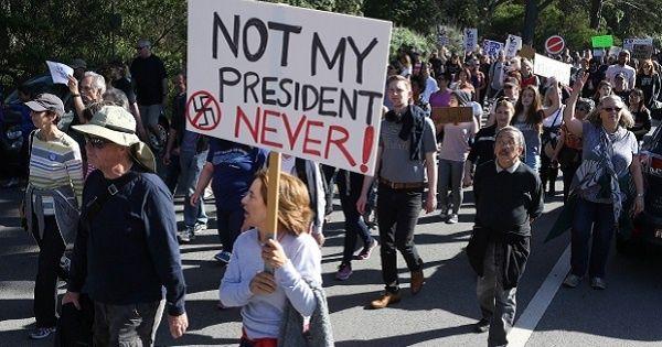 """La oferta """"Parar a Trump"""" ofrecemil 500 dólares a la semana por participar en las protestas."""