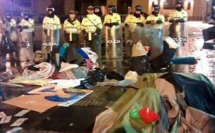 Police officers destroyed tents and cleared the Bolivar Square where peaceful campers demanded the government approves a peace deal with the FARC.